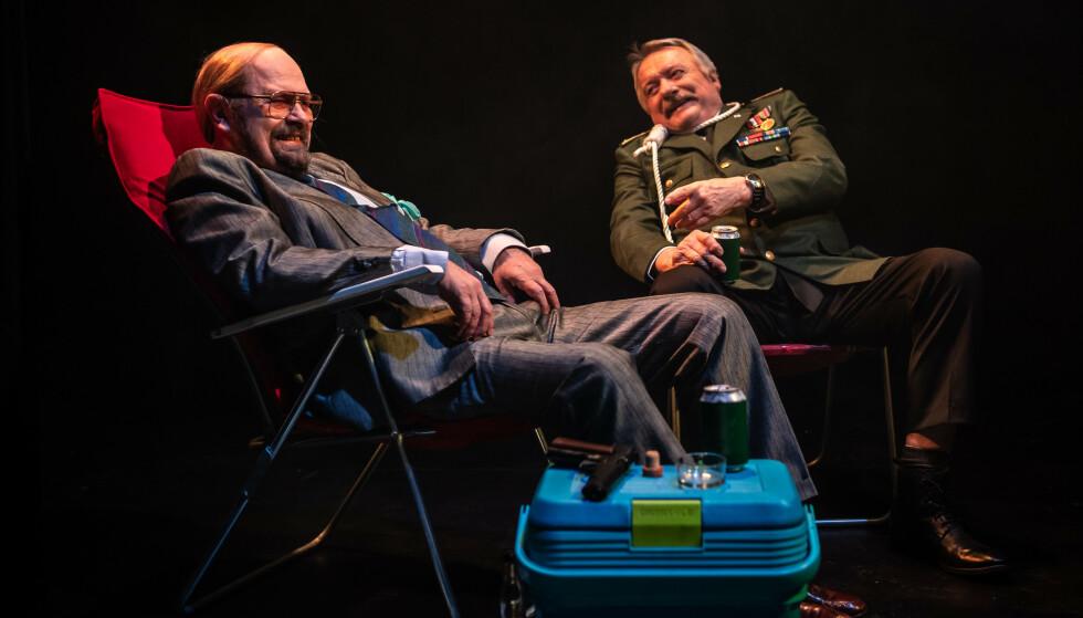 PÅ REISE: John Sigurd Kristensen og Stein Grønli i «Kollektivt selvmord» på Nordland Teater. Foto: Lars Solbakken, Nordland Teater