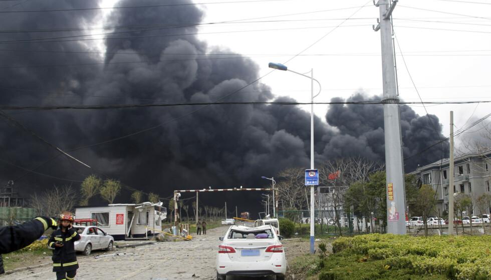 Tjukk røyk velter opp fra ulykkesområdet etter eksplosjonen i en kjemisk fabrikk inne i en næringspark i Jiangsu-provinsen øst i Kina torsdag. Foto: Chen Feng / Xinhua / AP / NTB scanpix