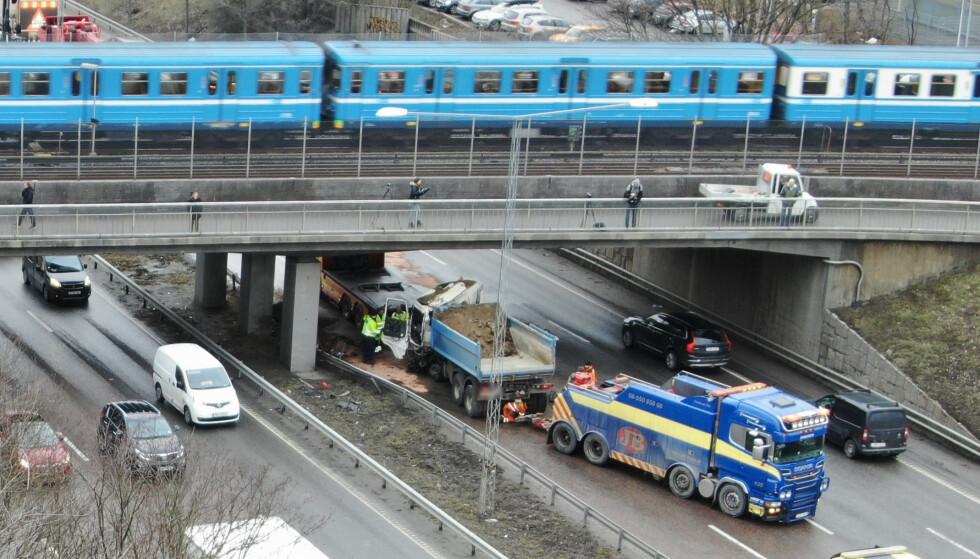 FIKK NOK: Seks personer er anmeldt for å ha filmet ulykken. Bilistene for å ta opp telefonen mens de kjører, gående for brudd på personvernloven. Foto: Janne Åkesson / Swepix Foto: Janne Åkesson / Swepix