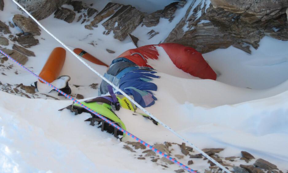 GRØNNE STØVLER: Den døde klatreren har fått navnet etter de neongrønne støvlene. Dette bildet ble tatt ti år etter hans død. Foto: Dave Watson / AP