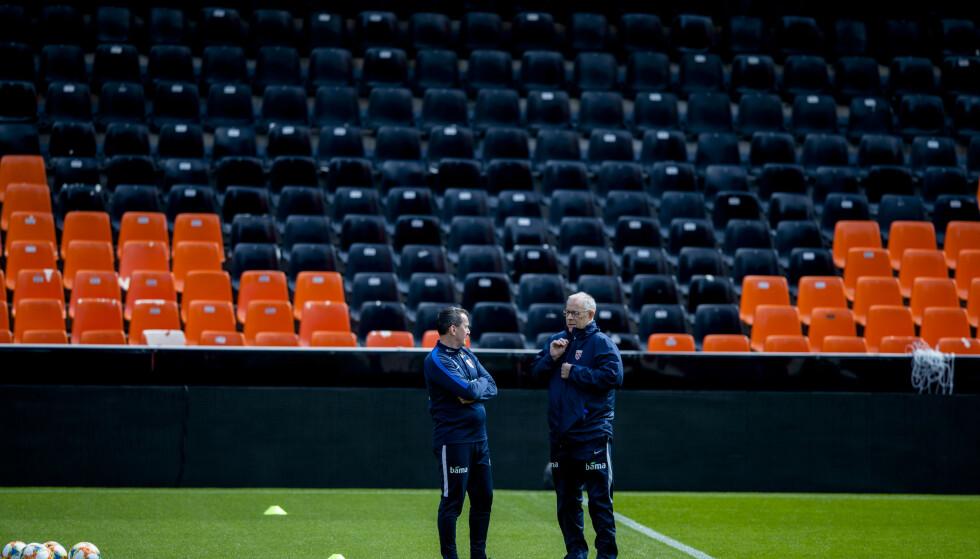 PLANEN ER KLAR: Lars Lagerbäck (th) og Per Joar Hansen er ikke redde for at Spania skal herje med Norge. De er offensive og tror på en god norsk prestasjon. Og får vi ikke det vil ikke trenerne høre snakk om unnskyldninger. Blir ikke prestasjonen mot Spania som forventet er det for dårlig. Foto: Stian Lysberg Solum / NTB scanpix