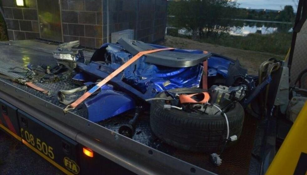 TOTALVRAK: Restene av den stjålne Lexus'en, etter å ha landet på taket i Nitelva. Foto: Remi Presttun