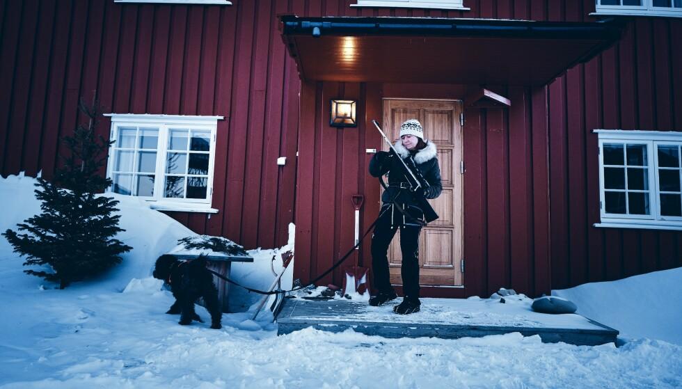 BEVÆPNET: Kjersti Askholt drar ingen steder uten rifla. Faren for å støte på isbjørn er reell året rundt på Svalbard. Men det er ikke isbjørner og vill natur som skremmer sysselmannen på Svalbard.