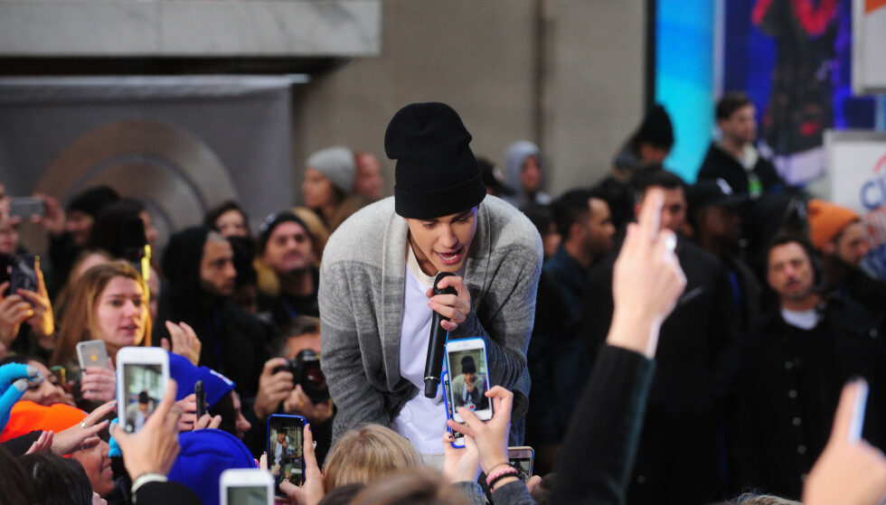 STJERNE: Justin Bieber har fans over hele verden, og får mye oppmerksomhet hvor enn han går. Det har kona Hailey Baldwin fått kjenne på. Foto: NTB Scanpix