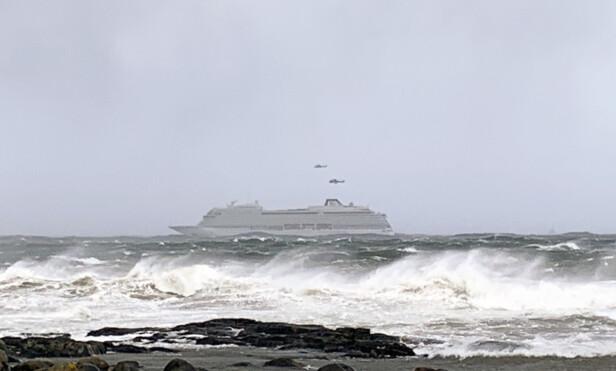 <strong>MAYDAY:</strong> Cruiseskipet har sendt ut mayday-melding. Hovedredningssentralen har sendt ut helikopter. Foto: Odd Roar Lange