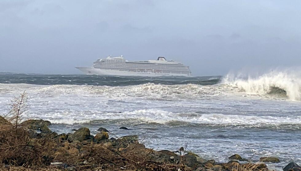 EVAKUERT: Cruiseskipet Viking Sky er evakuert lørdag. Foto: Odd Roar Lange