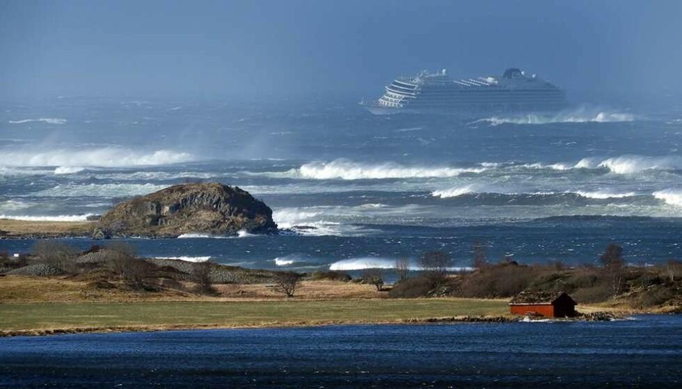 <strong>STORE BØLGER:</strong> Skipet sliter i de store bølgene som er i Hustadvika. Foto: Frank Einar Vatne