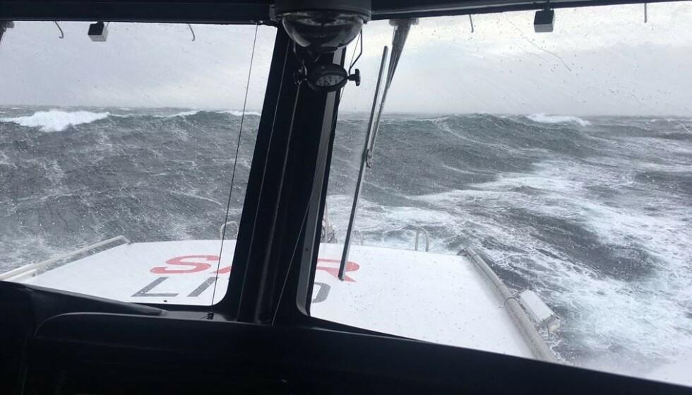 <strong>HØYE BØLGER:</strong> Dette bildet er tatt av redningsskøyta «RS Erik Bye» og viser ekstremværet. Foto: Redningssentralen