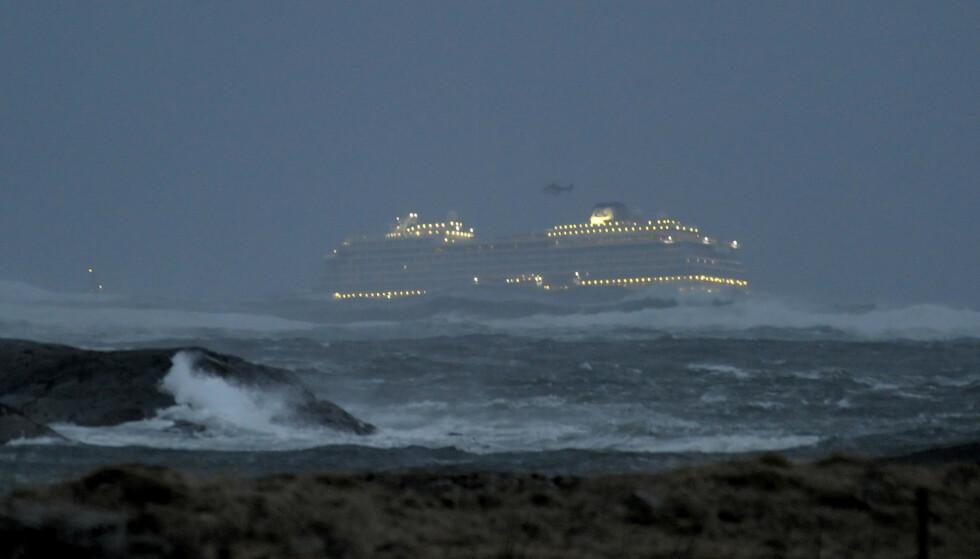 REDNINGSAKSJON: «Viking Sky» lørdag kveld. Foto: Fridgeir Walderhaug