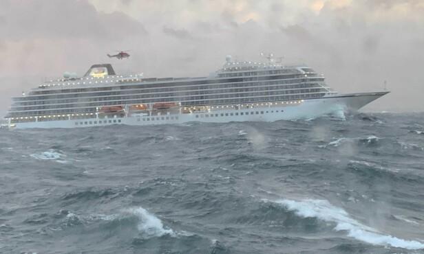 REDNINGSOPERASJON: Cruiseskipet kom seg etterhvert ut på dypere vann, og evakueringen kunne begynne. Foto: Fredrik Synnes / KV Njord
