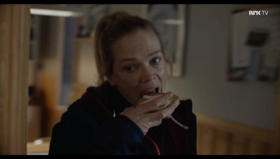 Seriøst. Vi må snakke om matvanene i denne fotballklubben. Hun har ikke giddet å smøre ut osten, engang. Ingen har SÅ dårlig tid. Foto: NRK