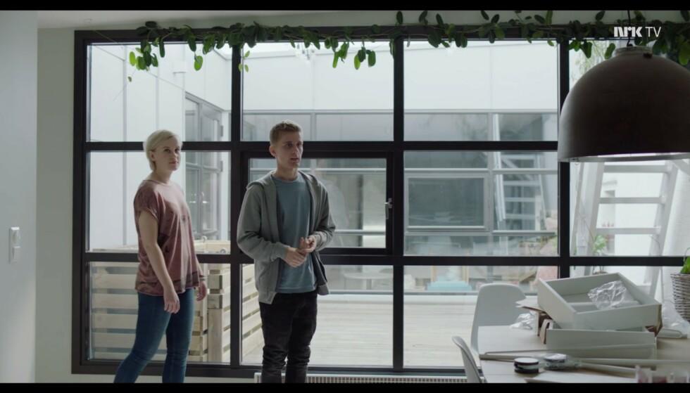 «Stor lampe, sier du? Det er fordi jeg har bygget et panic room inni den.» Foto: NRK