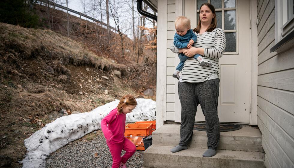 REDD: Anita Røknes Østmann og hennes to barn holder seg inne. De er redde og håper gjerningsmannen snart blir tatt. Foto: Øistein Norum Monsen / Dagbladet