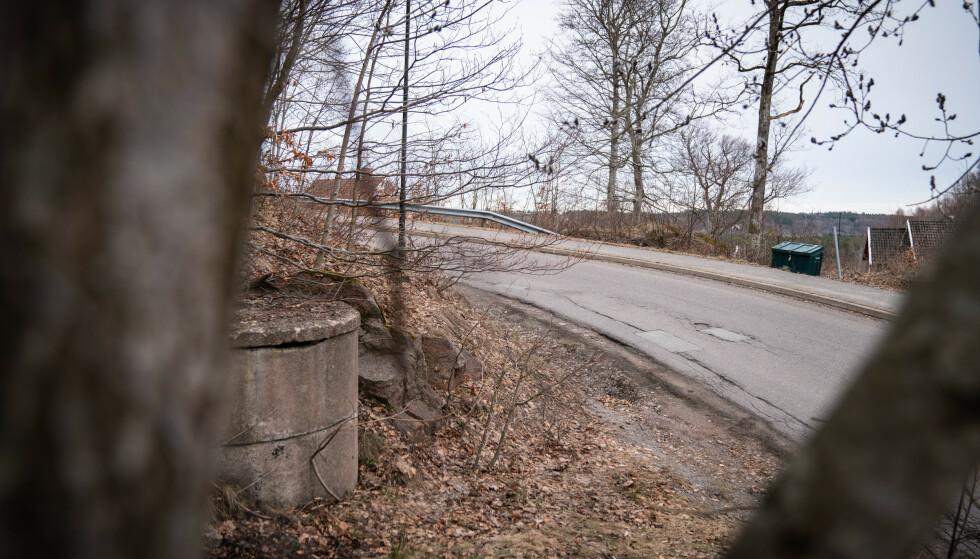ÅSTEDET: Hendelsen skal ha skjedd på sykkelstien som går langs Olav Digres vei. Den ene siden av veien er dekt av tett skog. Langs sykkelstisida ligger det fem bolighus. Foto: Øistein Norum Monsen / Dagbladet.