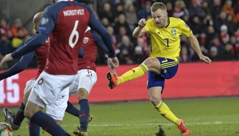 OVERRASKET: Sveriges Sebastian Larsson hadde ikke trodd at Norge skulle gi fra seg så mye rom.  Foto: Janerik Henriksson / NTB scanpix