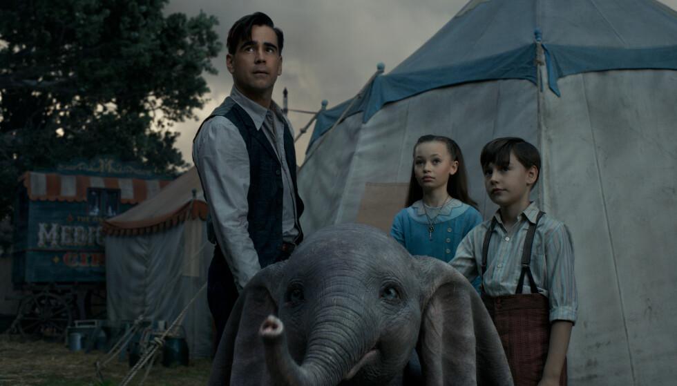 BOR PÅ SIRKUS: Dumbo sammen med Holt Farrier (Colin Farell) og barna Milly (Nico Parker) og Joe Farrier (Finley Hobbins). Foto: Disney