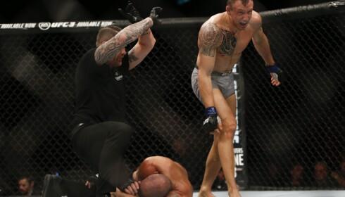 FIGHTERHJERTE: Jack Hermansson har et sjeldent fighterhjerte. Noe han viste ved å slå ut brasilianeren Thales Leites til tross for en alvorlig skade. Foto: AP / NTB Scanpix