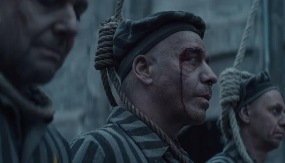 KONTROVERSIELL: Rammsteins nye musikkvideo inneholder scener som utspiller i det som ser ut som en tysk konsentrasjonsleir. Foto: Skjermdump/Universal