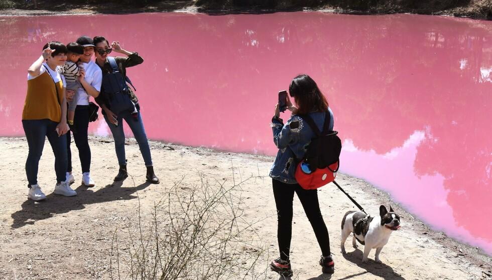 SELFIE: Det er svært populært å ta bilder ved den spesielle innsjøen. Foto: NTB Scanpix
