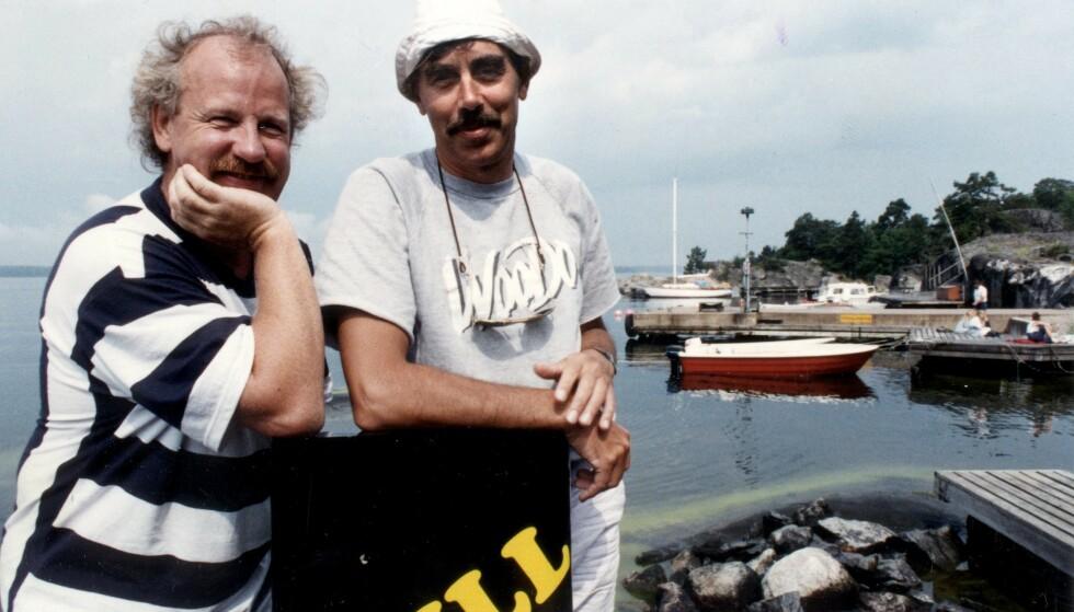 KOLLEGER: Lasse Åberg (til høyre) spilte sammen med Jon Skolmen (til venstre) i de seks «Selskapsreisen»-filmene. Her er de to avbildet i 1998. Foto: NTB Scanpix