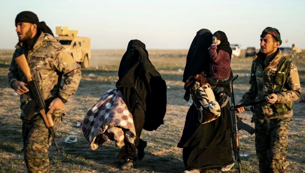 FLYKTER: Kvinner og barn venter på å bli undersøkt av den kurdisk-ledete hæren i Syria etter at de har forlatt IS-soldatenes siste enklave, Baghouz øst i Syria. Er norske myndigheter forpliktet til å bringe hjem de norske IS-barna? spør stortingsrepresentant Abid Raja i dette innlegget. Foto: Delil Souleiman / AFP / NTB Scanpix