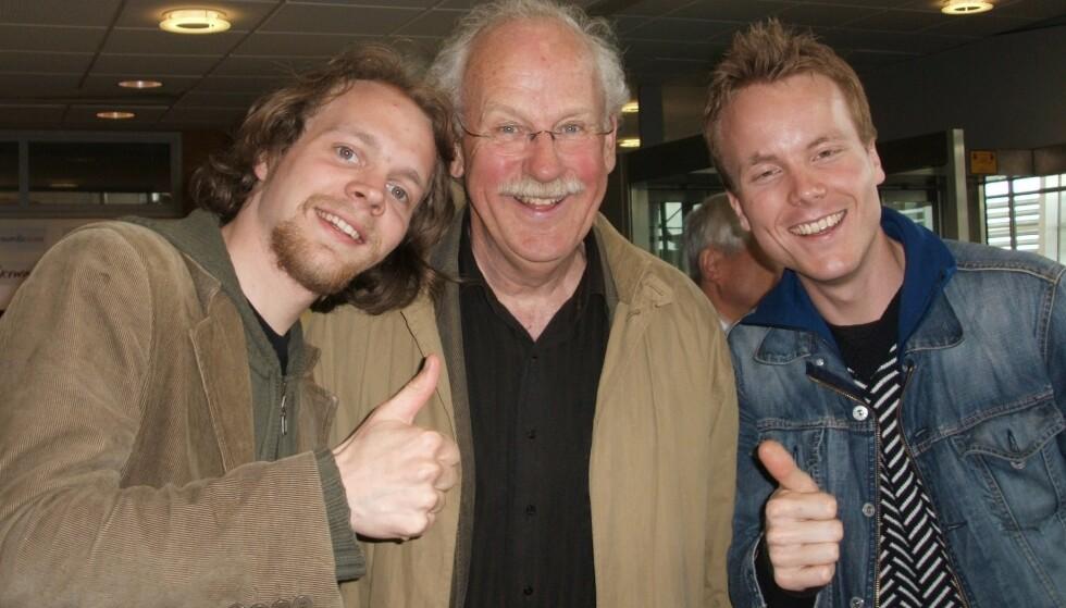 FORBILDE: Jon Niklas Rønning, Jon Skolmen og Anders Bye i Stockholm 17. mai 2005. Han tok seg til til å instruere Bye & Rønning i korrekt og nødvendig svorsk før Sverige-debuten. Foto: Privat
