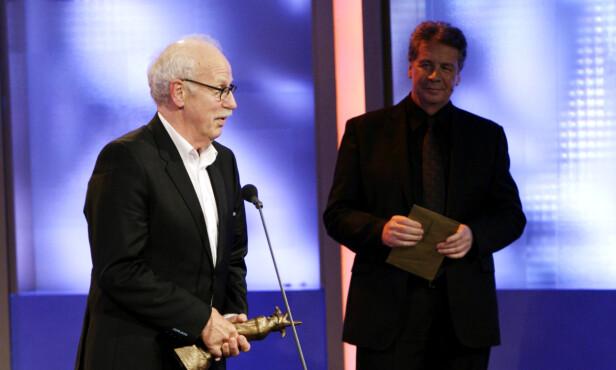 HEDRET: I 2009 mottok Knut Lystad årets hederspris under Komiprisen. Prisen var det Knut Lystad som delte ut. Foto: NTB Scanpix
