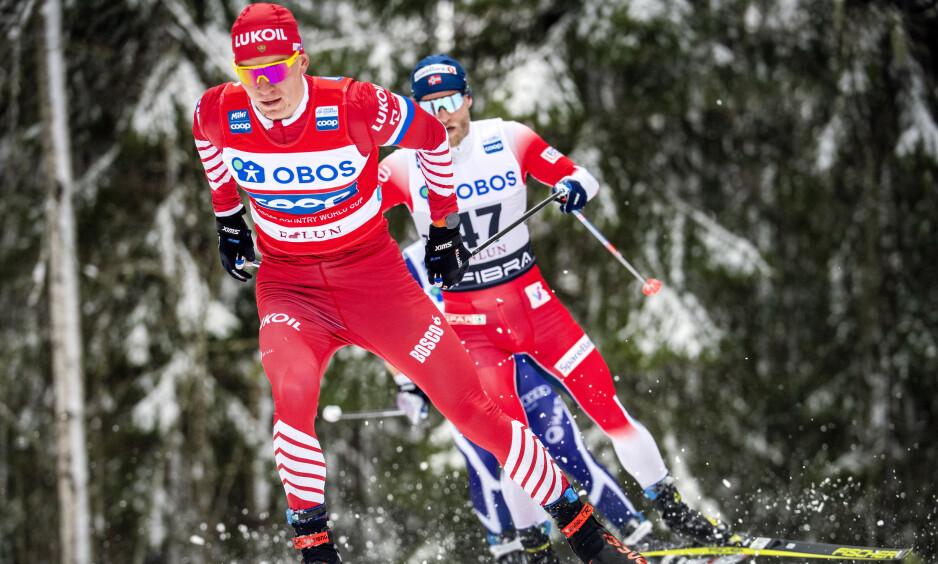 LÅ I RYGG: Russlands Alexander Bolchunov (foran) er vinner og Martin Johnsrud Sundby (bakerst) ble nummer to på 15 km friteknikk menn i Falun søndag. Sundby sier han lærte mye av å gå i rygg på russeren. Foto: NTB Scanpix
