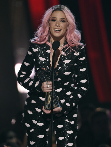 POPULÆR: Halsey gjør det stort i musikkbransjen. Her mottar hun pris under iHeartRadio Music Awards i mars. Foto: NTB Scanpix