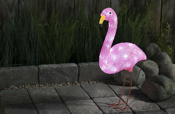 SMART OG MORSOM: En lysende flamingo kan virkelig pynte opp utearealet ditt. Når det blir mørkt, tennes lyset automatisk. Kult for voksne - og for barna!