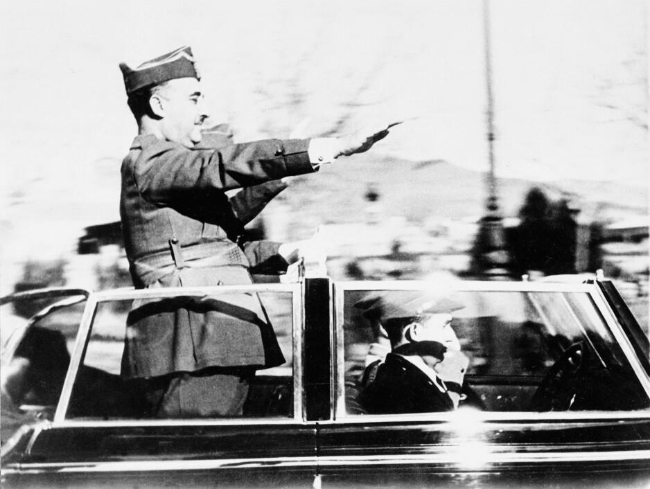 DIKTATORENS TRIUMFFERD: Francisco Franco hilser sine tilhengere i Barcelona i mars 1939 etter republikanernes kapitulasjon tidligere på året. Foto: NTB Scanpix