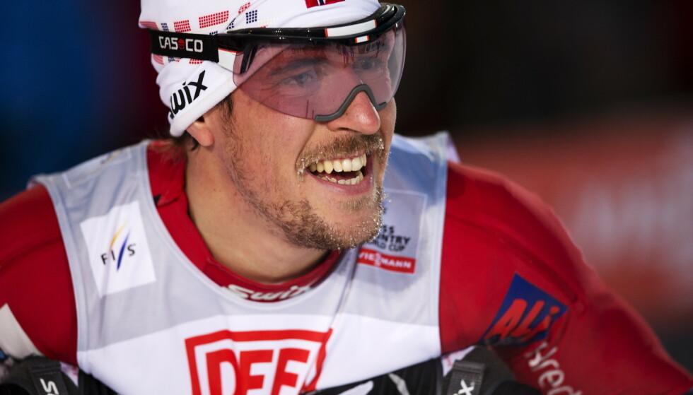 LEGGER OPP: John Kristian Dahl legger skiene på hylla. Foto: Terje Bendiksby / NTB scanpix