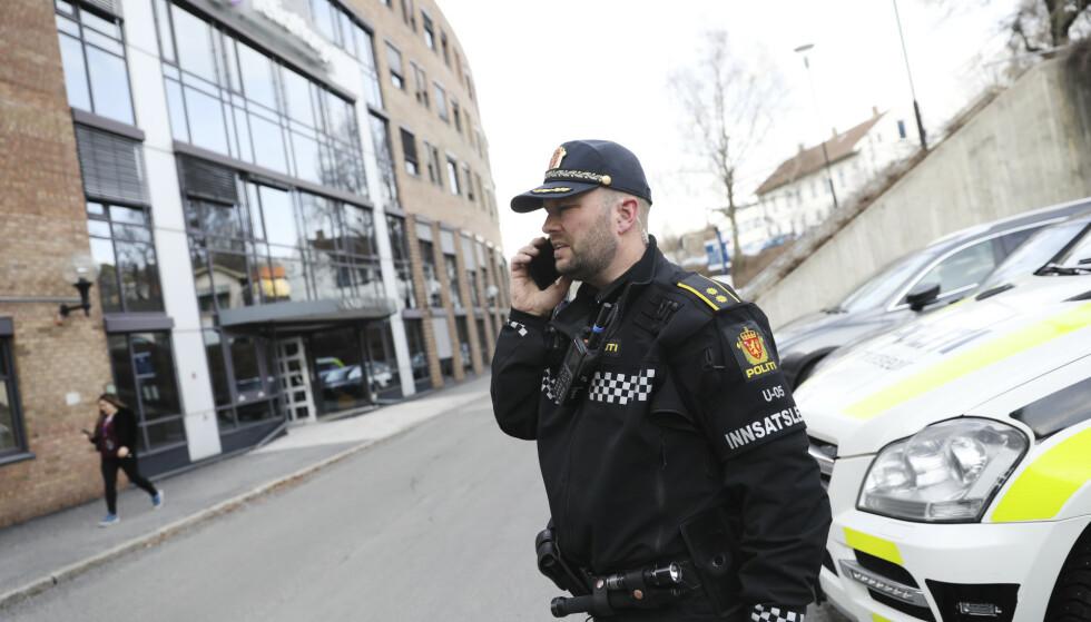 TELIA: Politiets innsatsleder, Erik Hestvik, utenfor Telias kontor. Foto: Christian Roth Christensen / Dagbladet