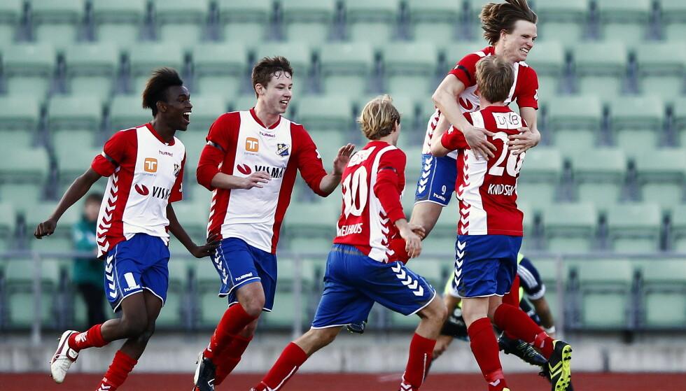 GAMMEL STORHET: Lyn har en stolt historie, men sliter med å komme seg opp fra 3. divisjon. Dette bildet er fra en cupkamp mot Vålerenga i 2012. Foto: Erlend Aas / NTB scanpix