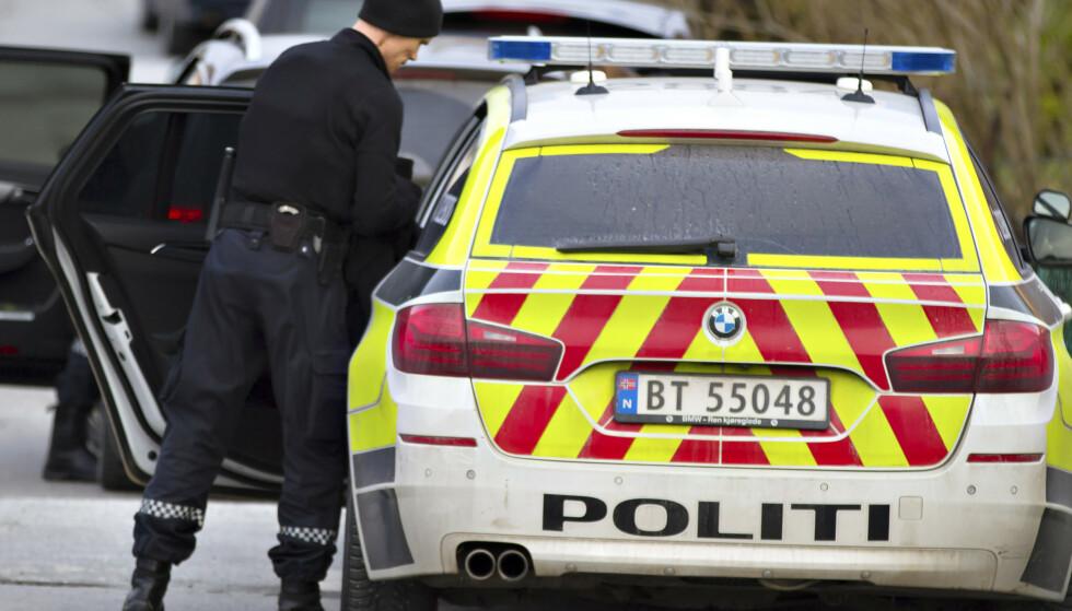 ÅSTED: Politiet rykket tirsdag ettermiddag ut til en adresse i Florø. Der fant de en hardt skadd mann. Foto: Truls Kleiven