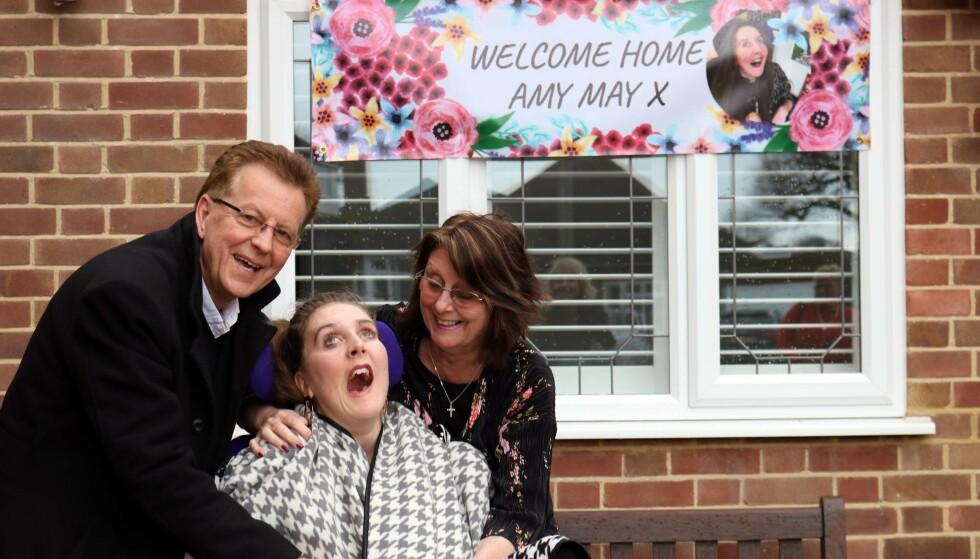 FLYTTET HJEM: Etter fem år på sykehus og behandlingshjem flyttet Amy hjem for få uker siden. Her med foreldrene, Sue og Roger Shead. Foto: The Amy May Trust