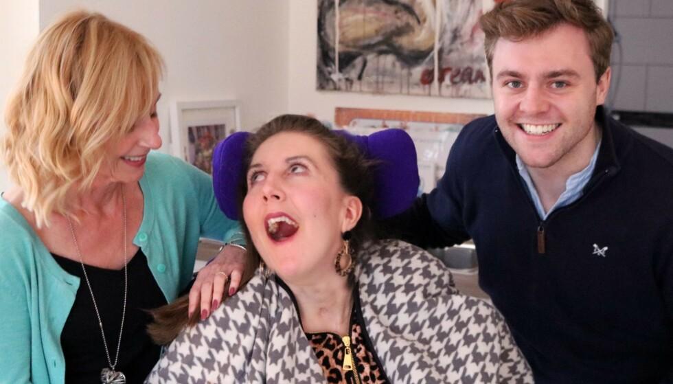 ALLERGISK REAKSJON: Engelske Amy May Shead fikk en livstruende allergisk reaksjon etter å ha spist nøtter. Her med tanten og fetteren, Julie og Tom Martin. Foto: The Amy May Trust