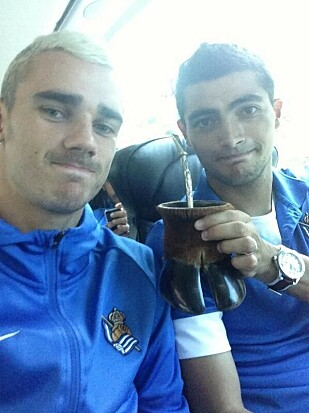 GOOD MATES: Fotballspillerne drikker gjerne Yerba Mate ved å dele en kopp og sugerør med mange. Foto: Griezmanns Instagram-konto