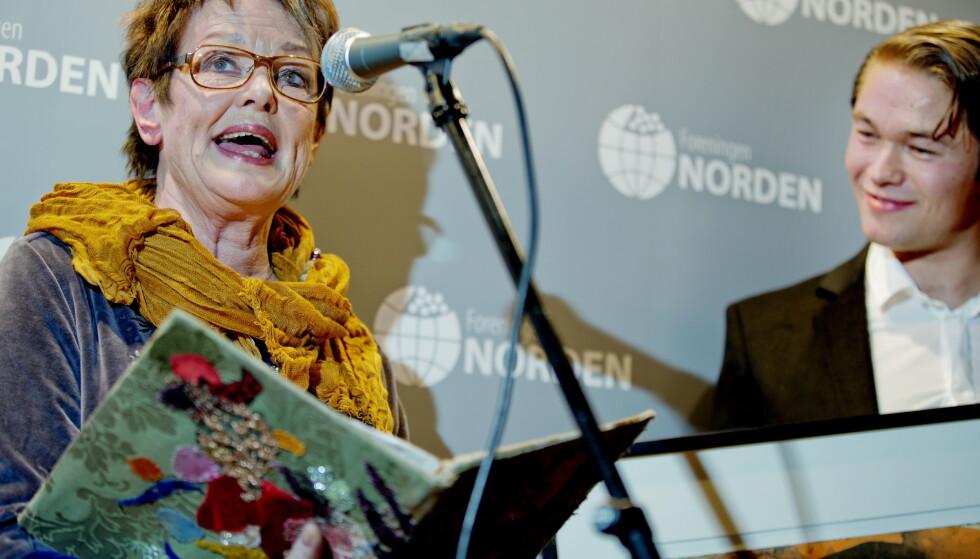 Til angrep: Den danske skuespilleren, Ghita Nørby, går til knallhardt angrep mot journalist. Her da hun mottok Nordens språkpris i 2012 av skuespiller Jakob Oftebro. Foto: Stian Lysberg Solum / NTB scanpix