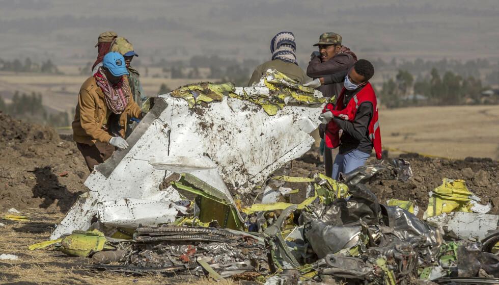 STYRTET: Mannskaper fra Røde Kors går gjennom vraket av Boeing-flyet som styrtet i Etiopia 10. mars. Foto: NTB Scanpix