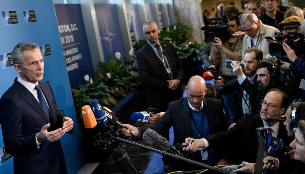 ANKOMMER UTENRIKSMINISTERMØTET: Generalsekretær Jens Stoltenberg ankommer utenriksministermøtet i Nato. Foto: Brendan Smialowski / AFP