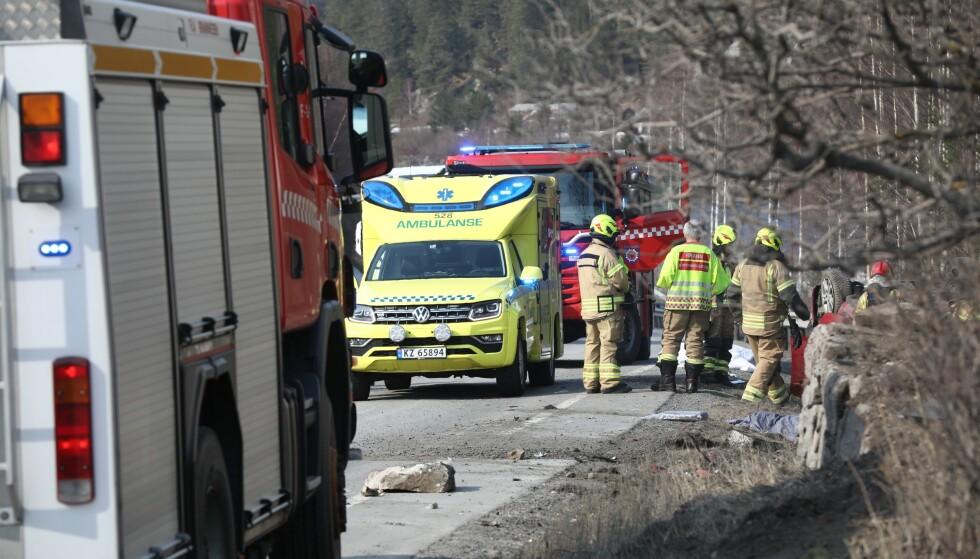 DØDSULYKKE: Bilen lå på taket i grøfte ved Riksvei 7. Foto: Ole Edvin Tangen