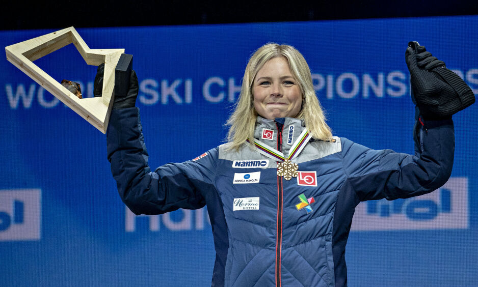 SPONSORKONFLIKT: OL- og verdensmester Maren Lundby har logoene til LO og Nammo side om side på klærne. Foto: Bjørn Langsem / Dagbladet