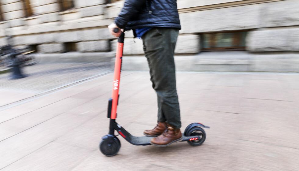 UTFORDRING: De siste ukene har de elektriske sparkesyklene til utleie dukket opp i flere norske byer. Til glede for noen, men til stor frustrasjon for andre. Har de noe på fortauet å gjøre? Foto: NTB Scanpix