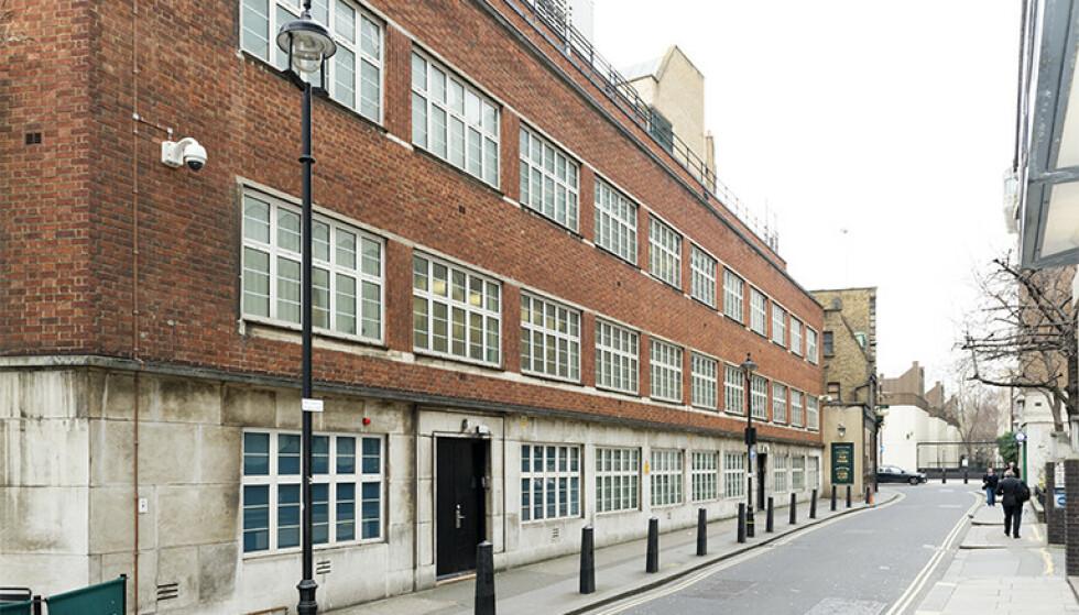 HUSET SPIONER: Denne tilsynelatende kjedelige kontorbygningen midt i London har i 66 år huset spioner fra Storbritannias etteretningstjeneste GCHQ. Bygningen ligger anonymt plassert til rett ved St James's Park T-banestasjon . Foto: GCHQ