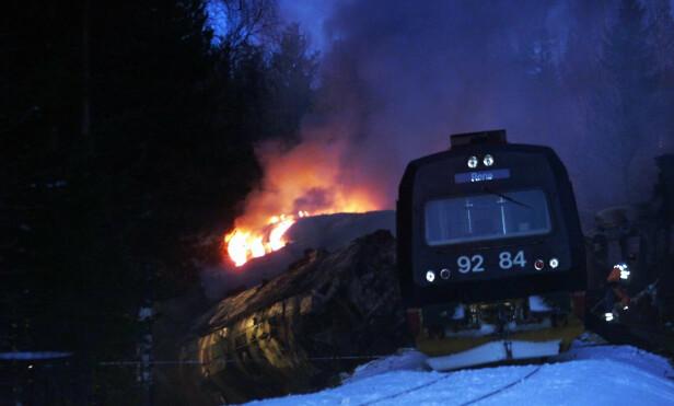 STORE BRANNER: Etter sammenstøtet oppstod den kraftige branner på ulykkesstedet. Foto: NTB Scanpix