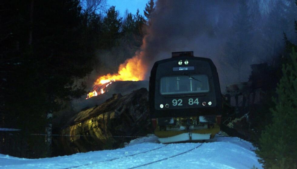BRANN: Etter det voldsomme sammenstøtet, oppstod det kraftig brann i togene. Foto: NTB Scanpix
