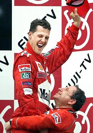 MINNEVERDIG: Michael Schumacher løftes opp av Jean Todt etter at verdensmesterskapet i 2000 var sikret etter seier på Suzuka. Foto: AFP PHOTO / Patrick HERTZOG/NTB Scanpix