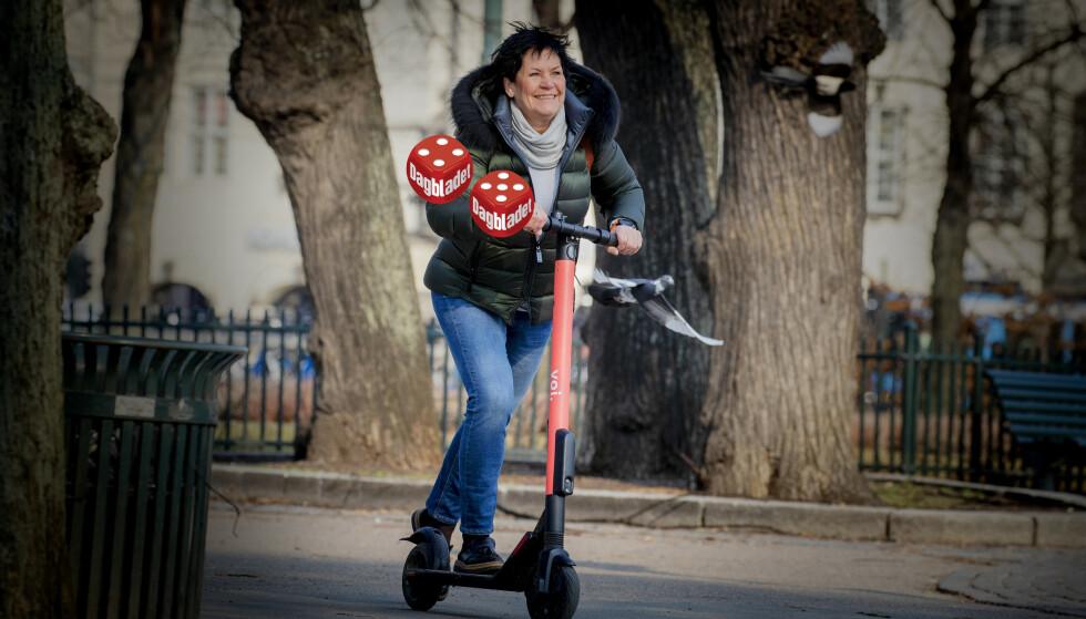 ELEKTRIFISERT: - Å suse rundt på elektrisk sparkesykkel er nok på god vei til å bli årets morsomste transportmiddel - om en finner en ledig sykkel med nok strøm, mener Turid etter første prøvetur på en el-sparkesykkel. Foto: Bjørn Langsem