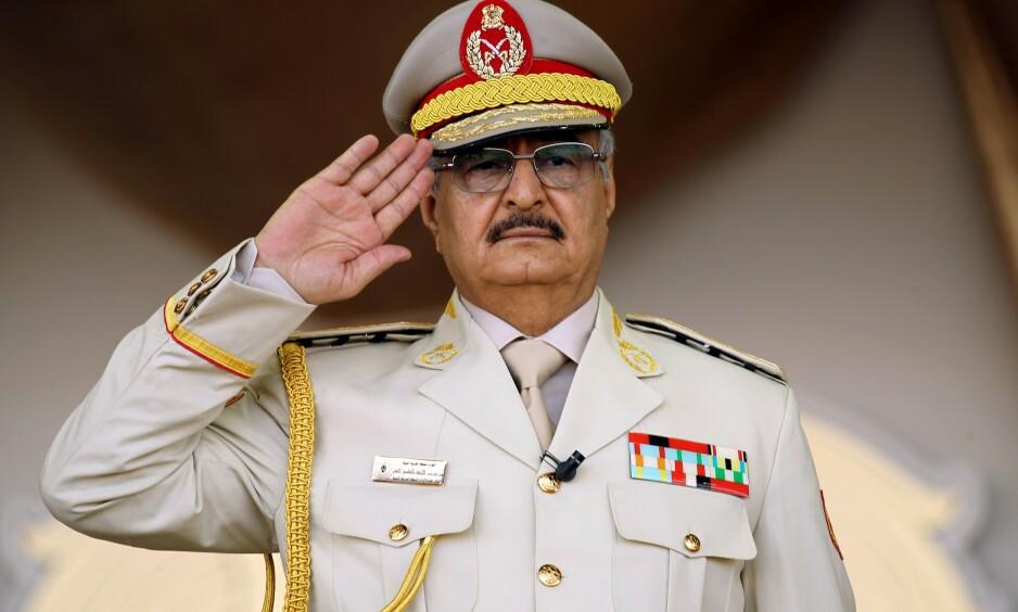 ØST-LIBYAS STERKE MANN: Khalifa Haftar (73) leder en godt utstyrt og veldisiplinert hær på over 85 000 personer, og vil trolig være i stand til å innta Libyas hovedstad Tripoli. Foto: Abdullah Doma / AFP / NTB Scanpix